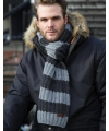 Warme gebreide gestreepte sjaal